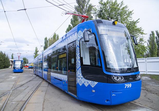 В Киеве современные трамваи курсируют по маршрутам.